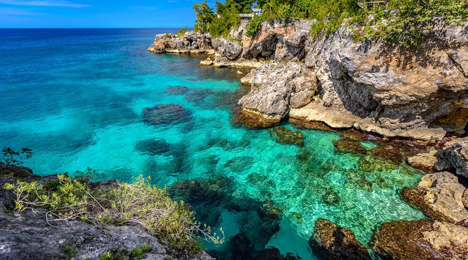 Praia com água azul-turquesa em Negril