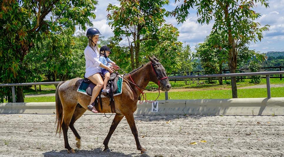 Cavalgada na hípica do Clarfa Ibiúna Resort