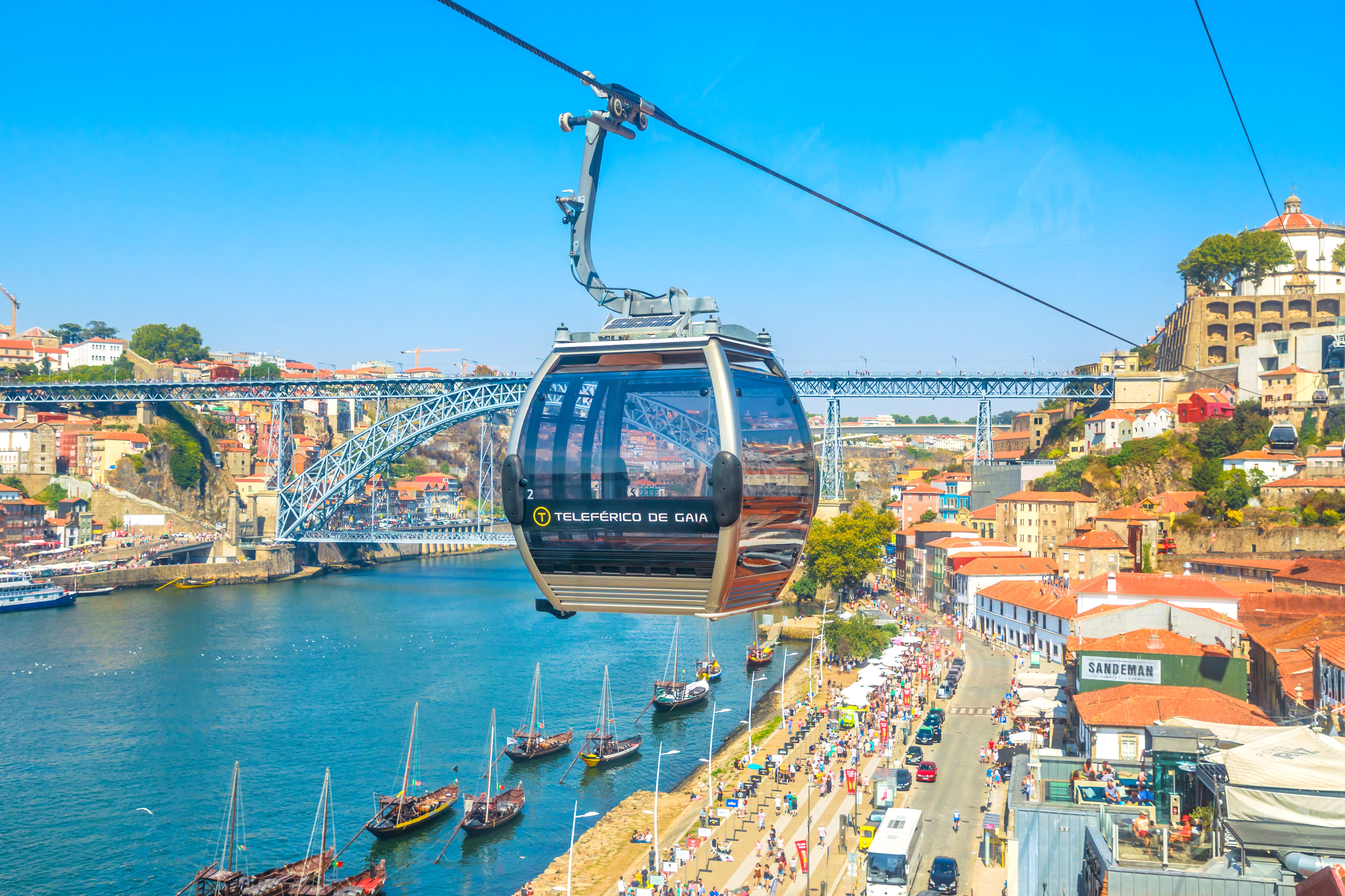 O teleférico liga a Ponte D.Luis I ao cais da Cidade de Gaia