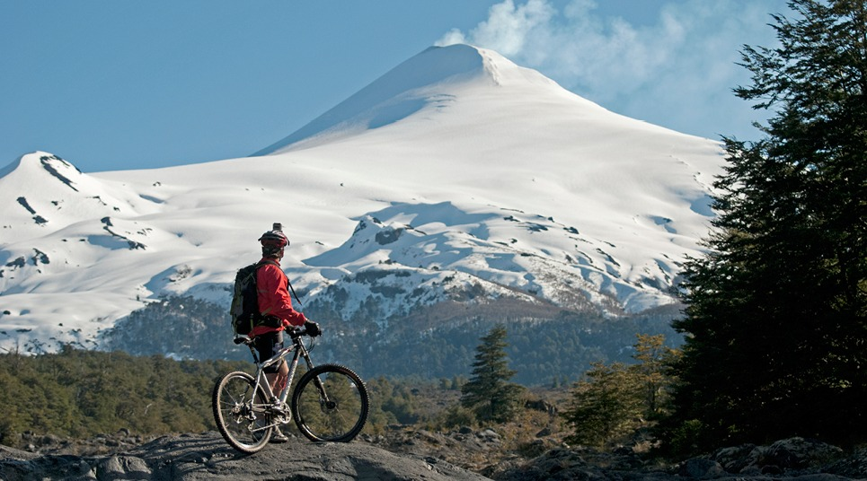 Biker admirando o vulcão Villarrica
