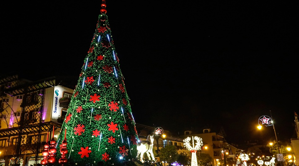 As ruas iluminadas e enfeitadas do Natal Luz