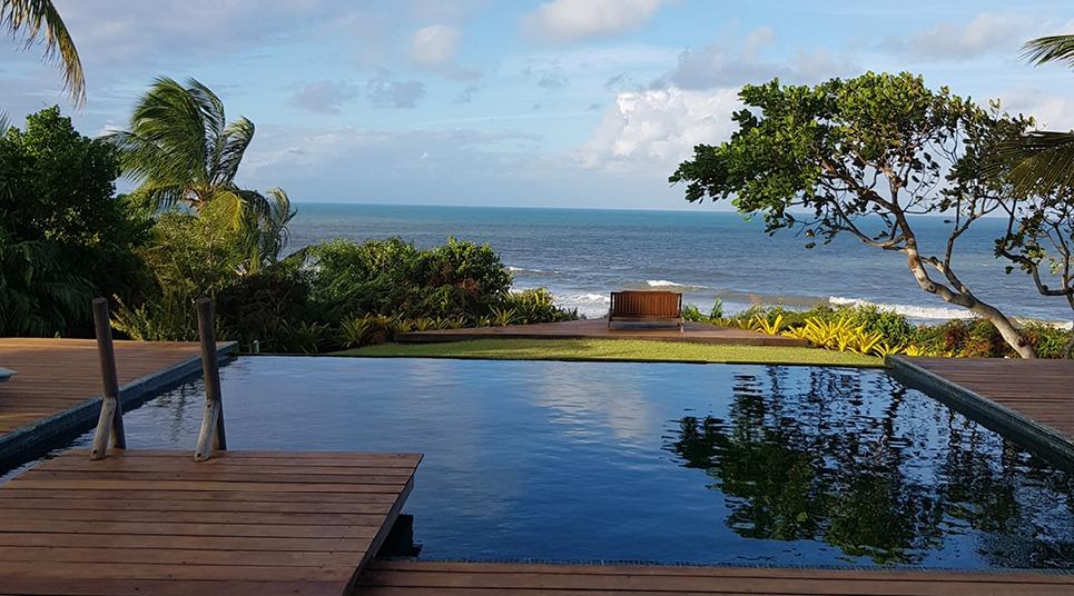 A piscina aquecida de borda infinita do spa do Txai Resort Itacaré