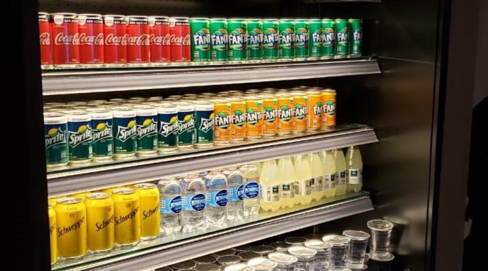 Geladeira de refrigerantes na sala vip