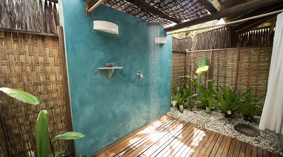 O chuveiro externo do Bangalô Luxo