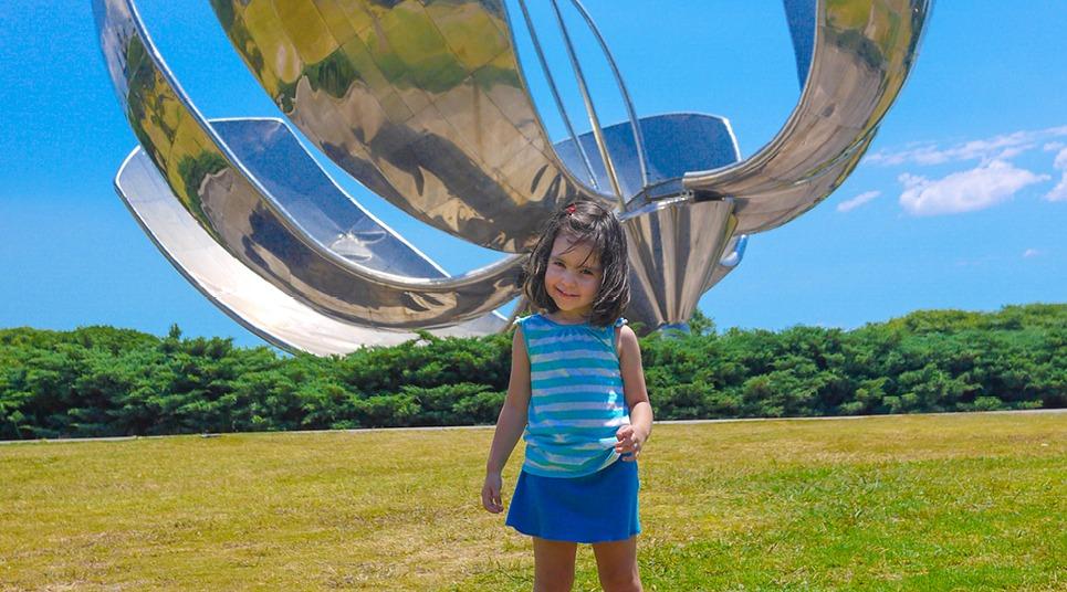 Criança em frente à escultura Floralis Generica