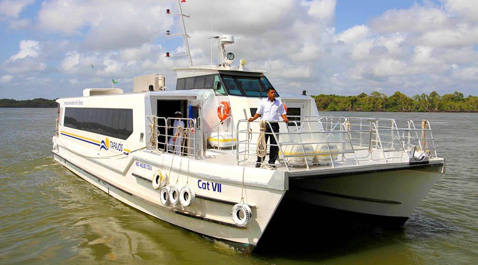 Os passeios são feitos em barcos modernos