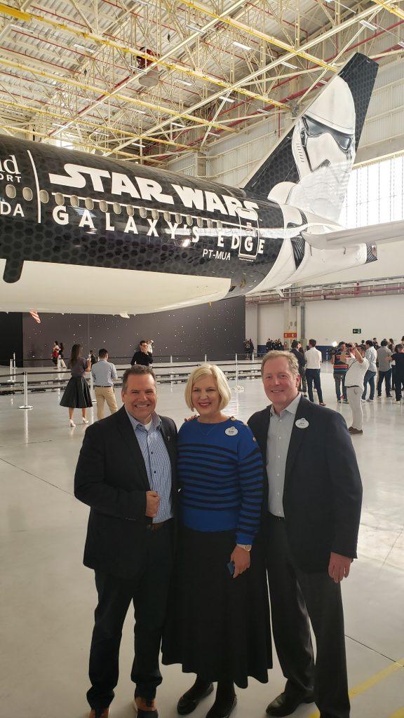 Executivos da Latam em frente ao avião de Star Wars