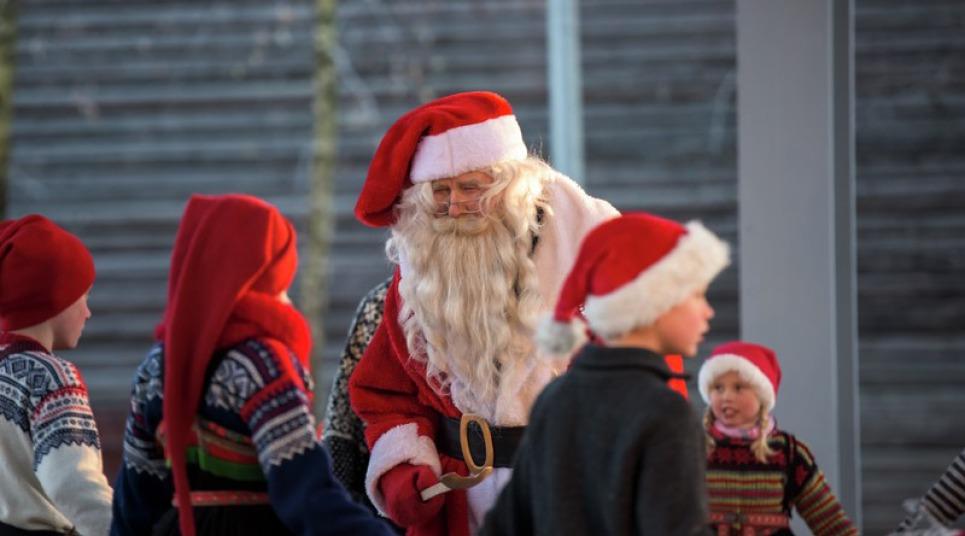 Papai Noel recebe crianças na Noruega