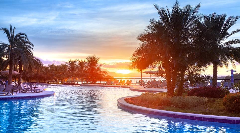 Piscina do resort ao nascer do sol