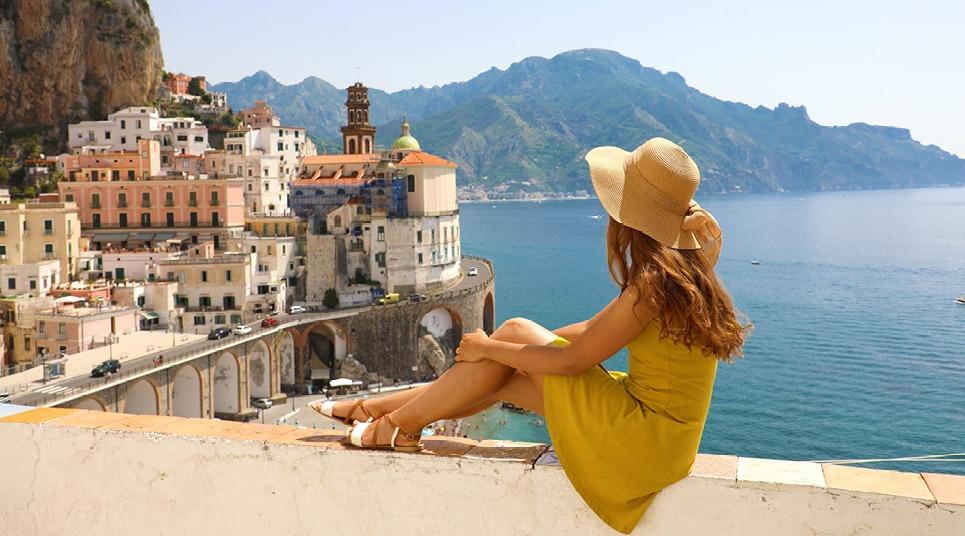 Turista admira vista da Costa Amalfitana