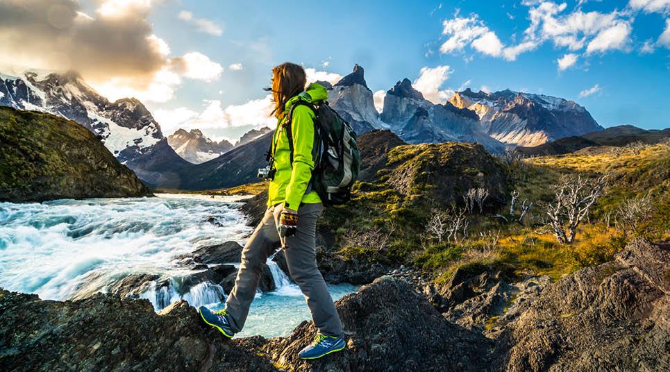 Viajante admira a paisagem