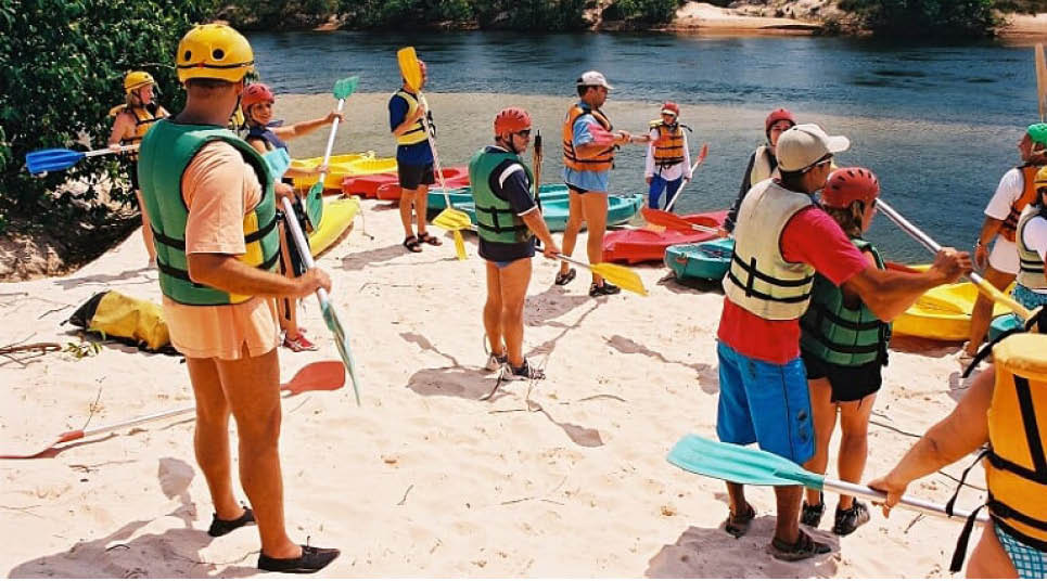 Grupo aprendendo canoagem