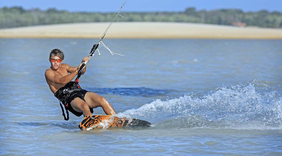 Turista praticando kitesurf