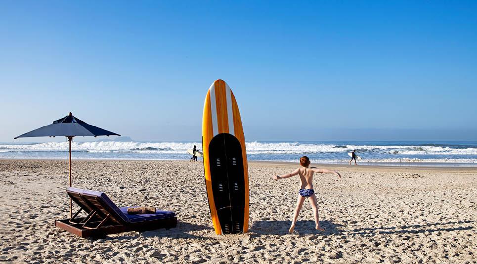 Criança na praia da Enseada