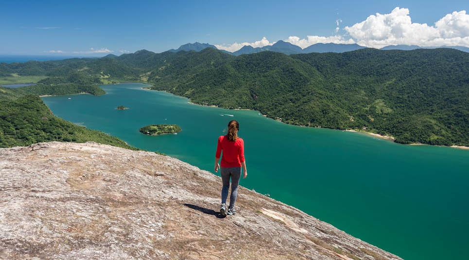 Turista admira a vista do Saco do Mamanguá