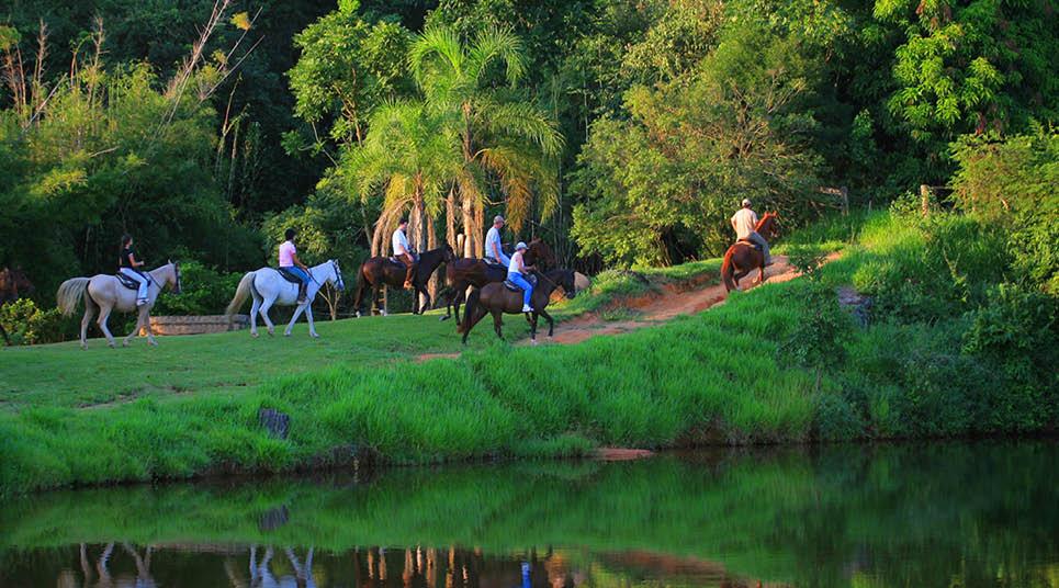 Passeio a cavalo na Fazenda Capoava