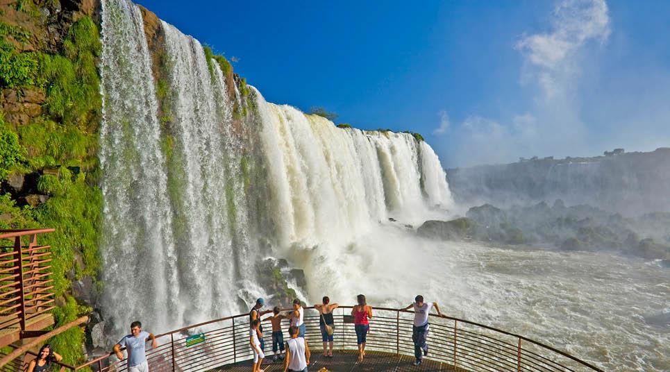 Turistas admiram a vista das Cataratas, em Foz do Iguaçu