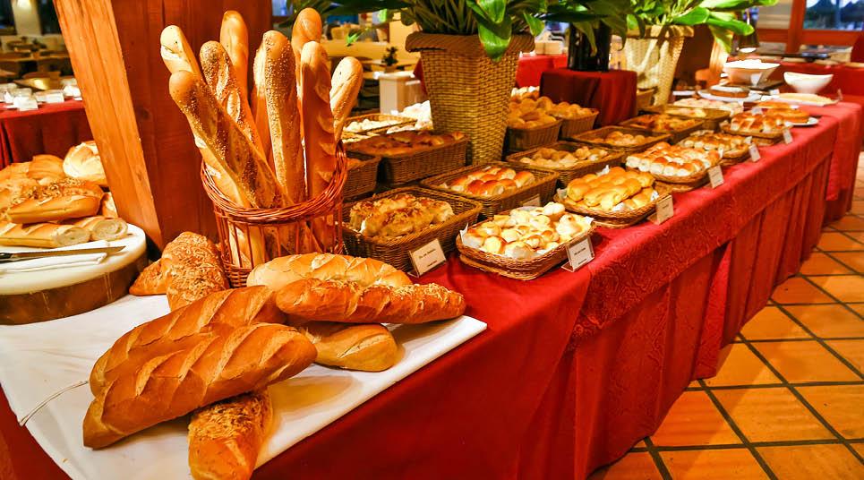 Mesa de pães no café da manhã