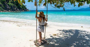 Turista aproveita a vista do mar em Mahé, nas Ilhas Seychelles