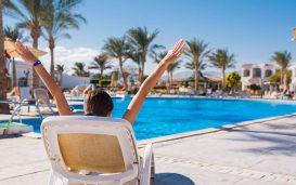 Viajante relaxando em hotel