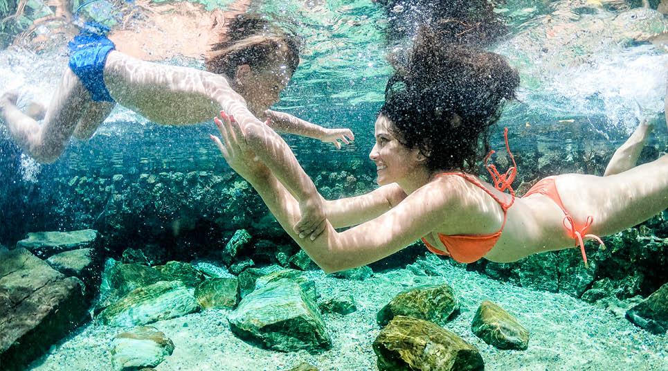 Mãe e filho se divertem nas águas do Rio Quente Resorts
