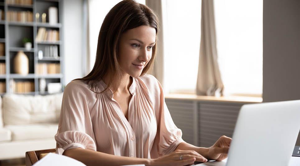 Mulher em computador