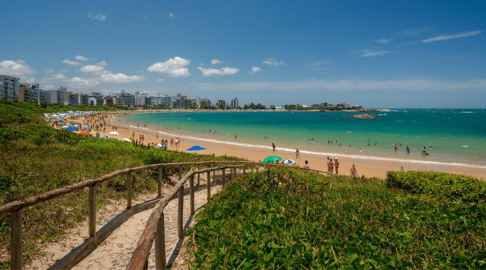 Além dos pontos turísticos históricos, vale a pena conhecer as belas praias da região, como a de Peracanga, por exemplo (foto: shutterstock)
