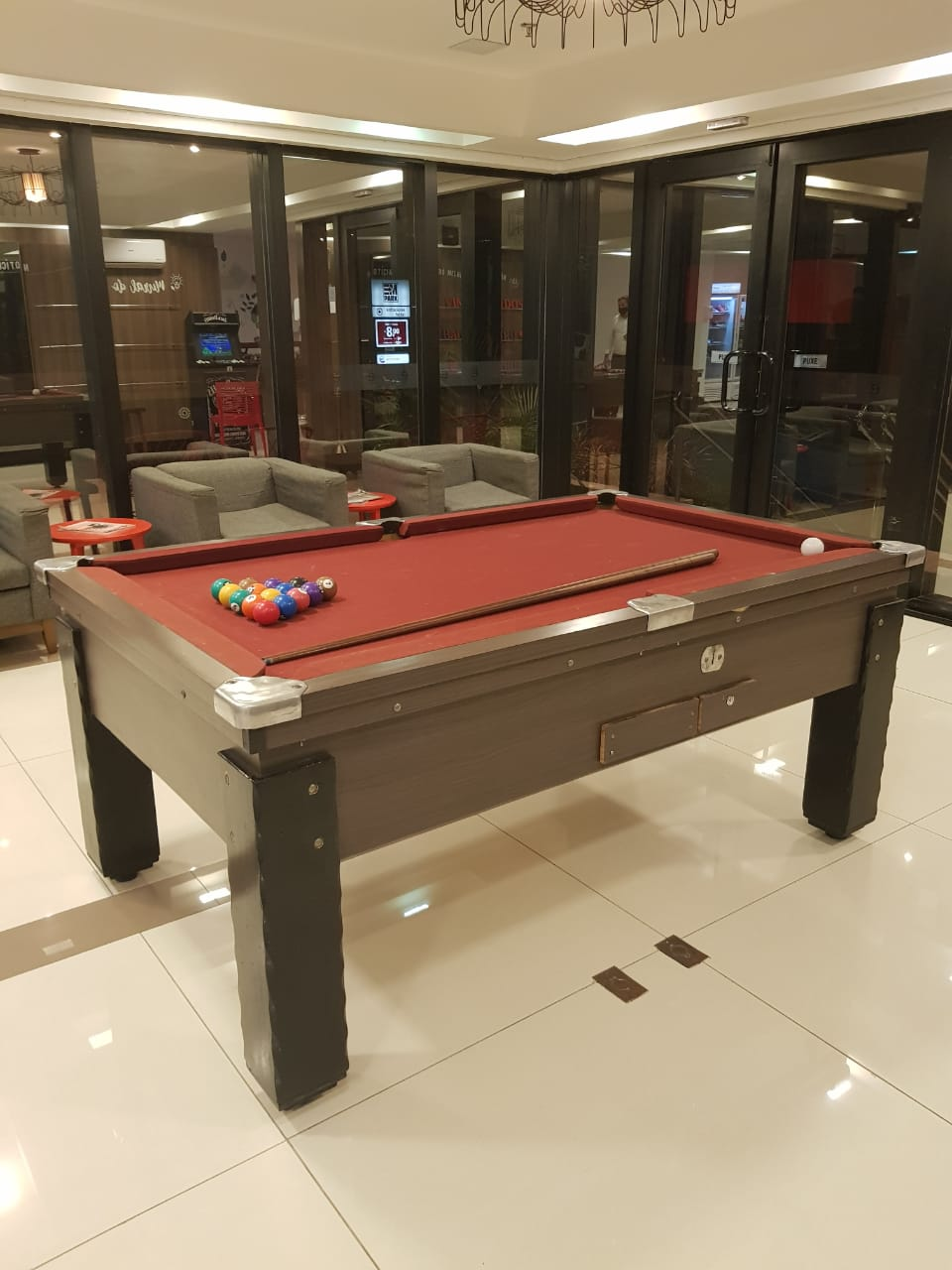 Mesa de sinuca no lobby