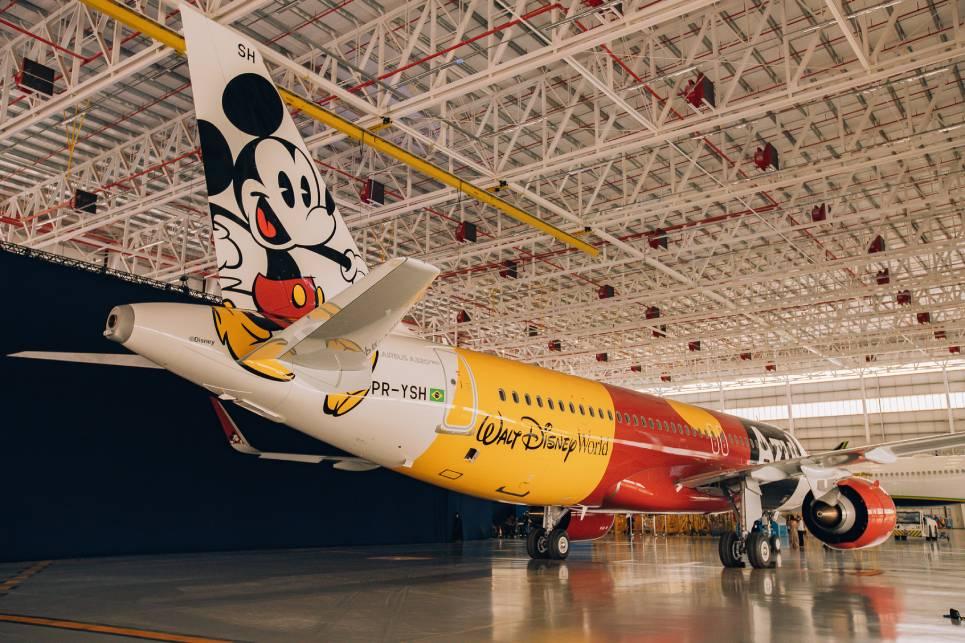 O avião Mickey Mouse nas Nuvens